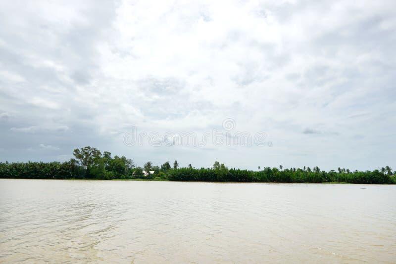 Golpee el río de Pakong con el cielo, la nube y el árbol en Chachoengsao en Tailandia imágenes de archivo libres de regalías