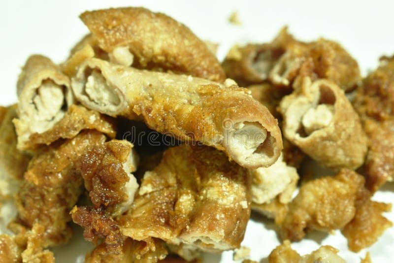 Golpeie o innards fritado da carne de porco com farinha no fundo branco fotografia de stock royalty free