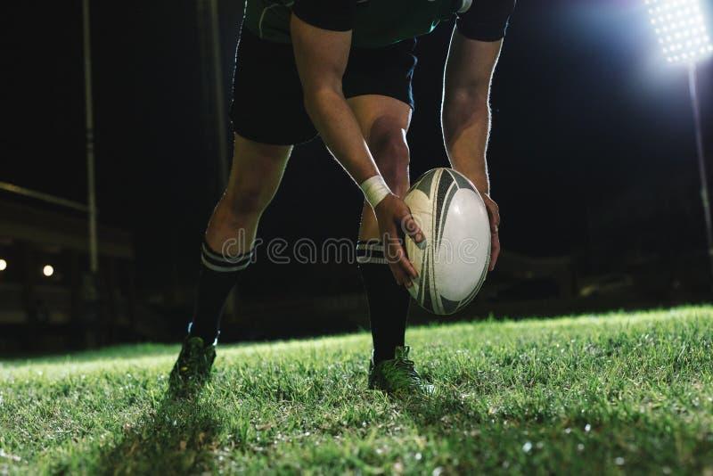 Gols de campo de retrocesso do jogador do rugby fotos de stock
