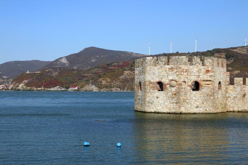 Golubac fästning på Danube River höstsäsonglandskap arkivbild