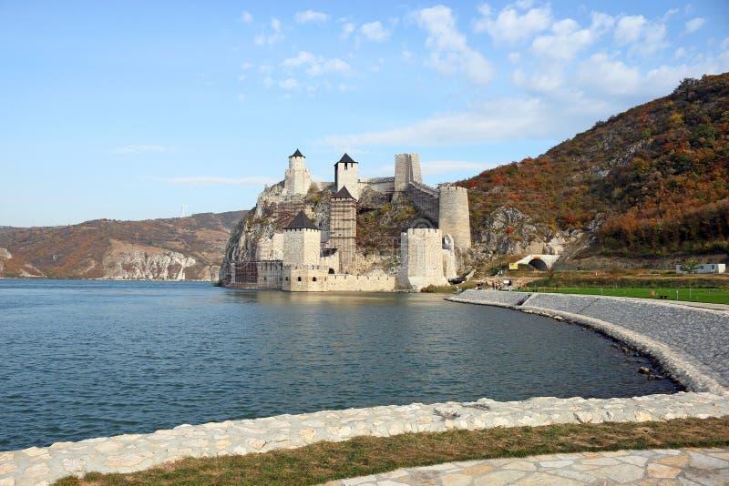 Golubac fästning på den Danube River höstsäsongen royaltyfria foton