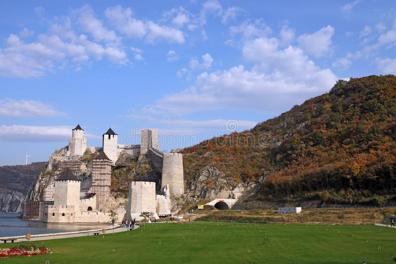 Golubac fästning på den Danube River höstsäsongen Serbien arkivbild