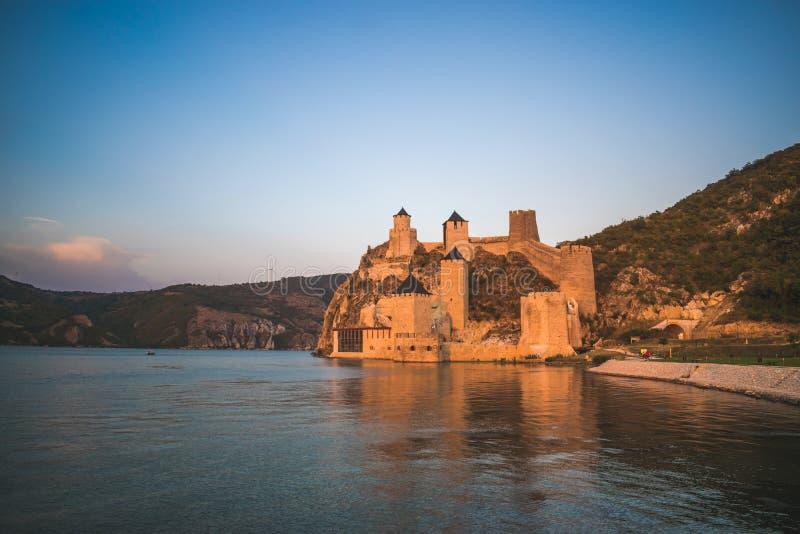 Golubac, Serbien - 08/31/2019: Fästningen i Golubac - en medeltida förstärkt stad på södra sidan av Donau arkivfoton