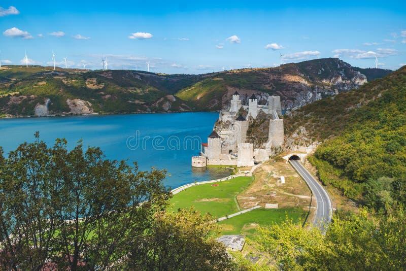 Golubac, Serbien - 09/14/2019: Fästningen i Golubac - en medeltida förstärkt stad på södra sidan av Donau royaltyfria foton