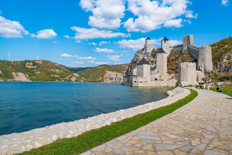 Golubac, Serbien - 09/14/2019: Fästningen i Golubac - en medeltida förstärkt stad på södra sidan av Donau royaltyfri bild