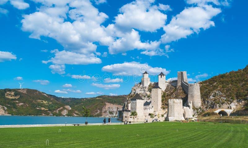 Golubac, Serbien - 09/14/2019: Fästningen i Golubac - en medeltida förstärkt stad på södra sidan av Donau arkivfoto