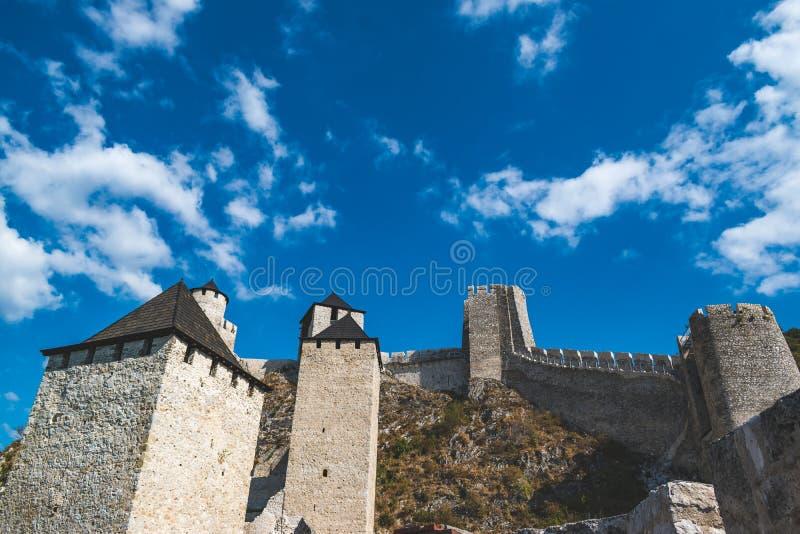 Golubac, Serbien - 09/14/2019: Fästningen i Golubac - en medeltida förstärkt stad på södra sidan av Donau arkivfoton