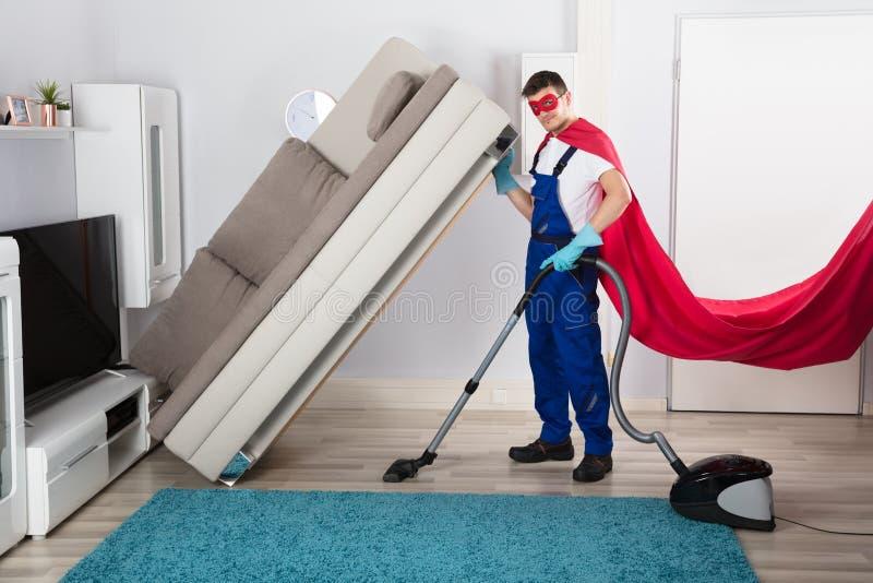 Golv för dörrvaktIn Superhero Costume lokalvård fotografering för bildbyråer
