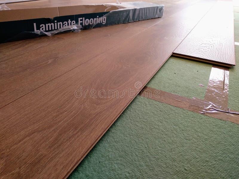 Golvbeläggning av hårt trä av laminat på underläggsplattor royaltyfria bilder
