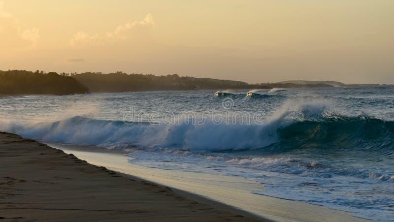 Golven bij Los Tubos Strand, Manati, Puerto Rico royalty-vrije stock afbeeldingen