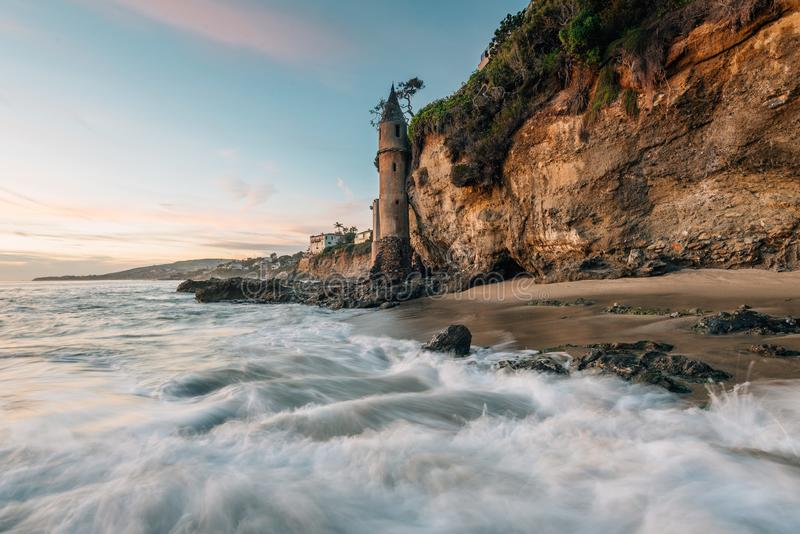Golven in de Vreedzame Oceaan en de Piraattoren bij zonsondergang, in Victoria Beach, Laguna Beach, Californi? stock afbeelding