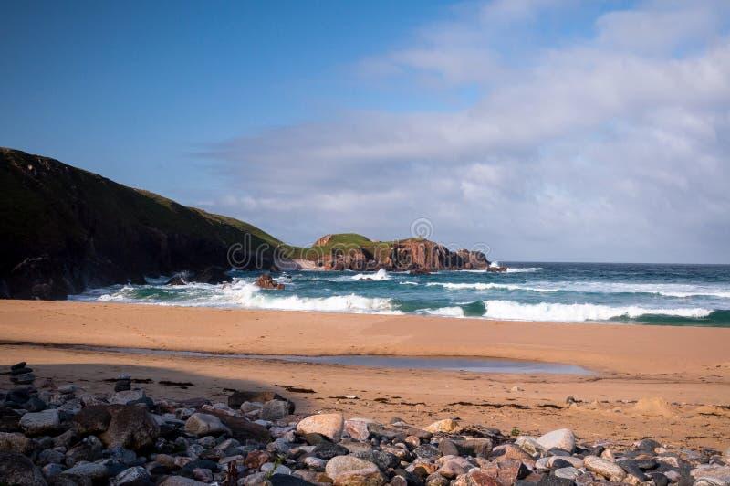 Golven die bij een Schots Strand verpletteren royalty-vrije stock afbeeldingen