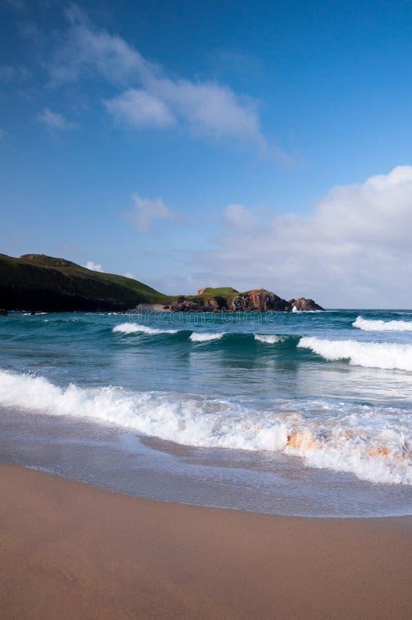 Golven die bij een Schots Strand verpletteren royalty-vrije stock afbeelding