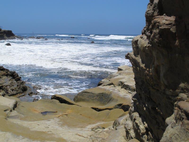 Golven die binnen aan Rocky Pacific Ocean Coast Rolling royalty-vrije stock afbeeldingen
