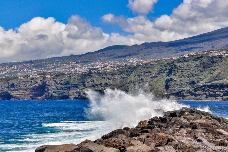 Golven die de kust van het eiland van Tenerife raken stock afbeeldingen