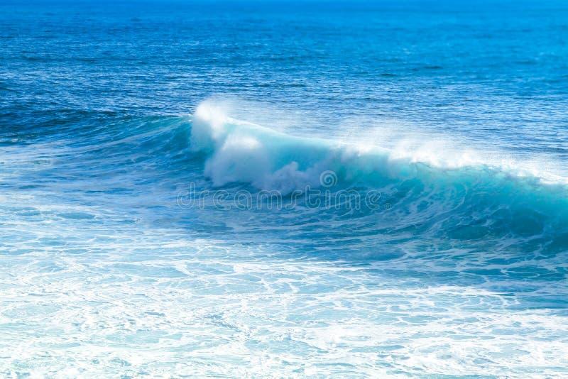 Golven die dicht bij de strandkust met blauw turkoois oceaanwater en resulterend wit schuim op een heldere zonnige dag remmen royalty-vrije stock afbeeldingen