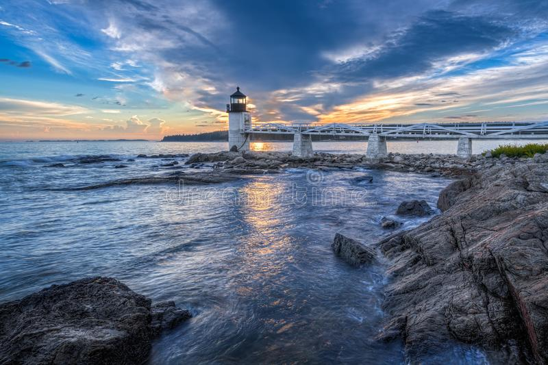 Golven die in Marshall Point Lighthouse Sunset verpletteren stock afbeelding