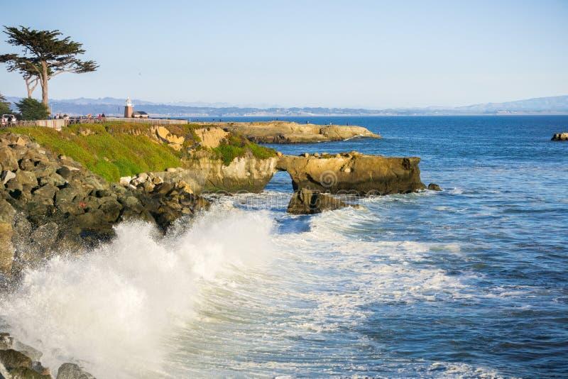 Golven die op de rotsachtige oever van de Vreedzame Kust verpletteren; Santa Cruz, Californië stock afbeelding