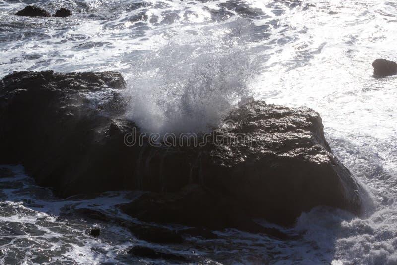 Golven die op de rotsen verpletteren royalty-vrije stock foto's
