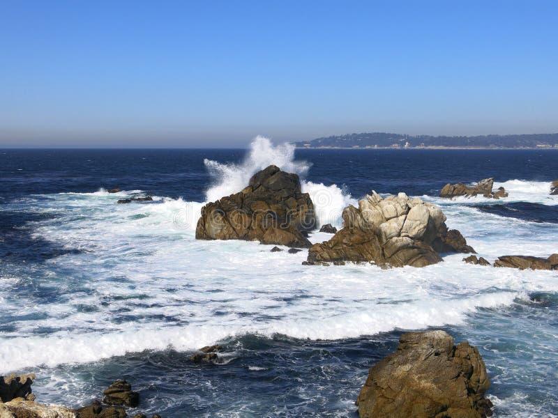 Golven die op een rotsachtig strand breken royalty-vrije stock afbeeldingen