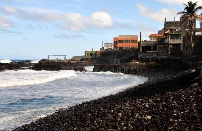 Golven die op een steenachtig strand verpletteren royalty-vrije stock afbeeldingen