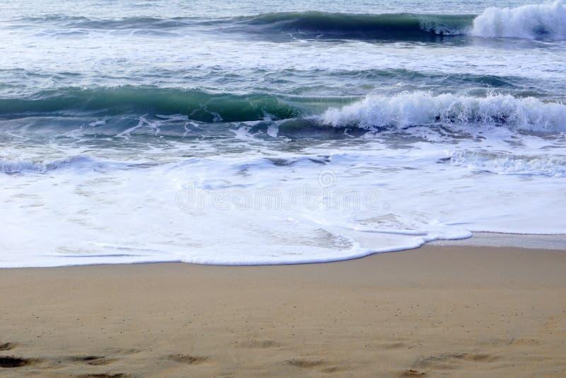 Golven die op het strand verpletteren royalty-vrije stock afbeelding