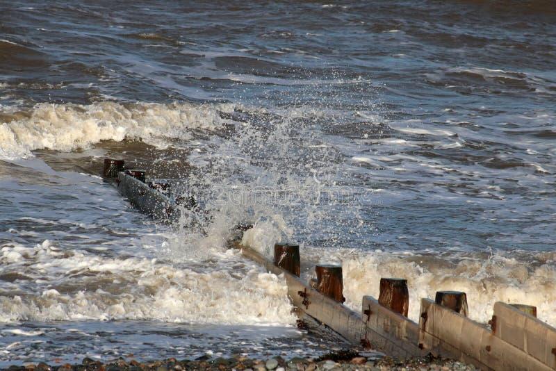 Golven die op kust door houten golfbreker, Fleetwood breken royalty-vrije stock fotografie