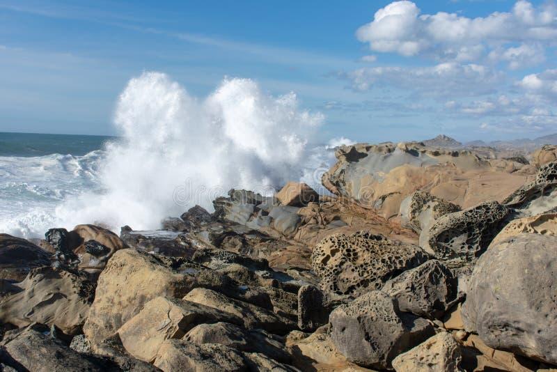Golven die op kust verpletteren royalty-vrije stock afbeelding