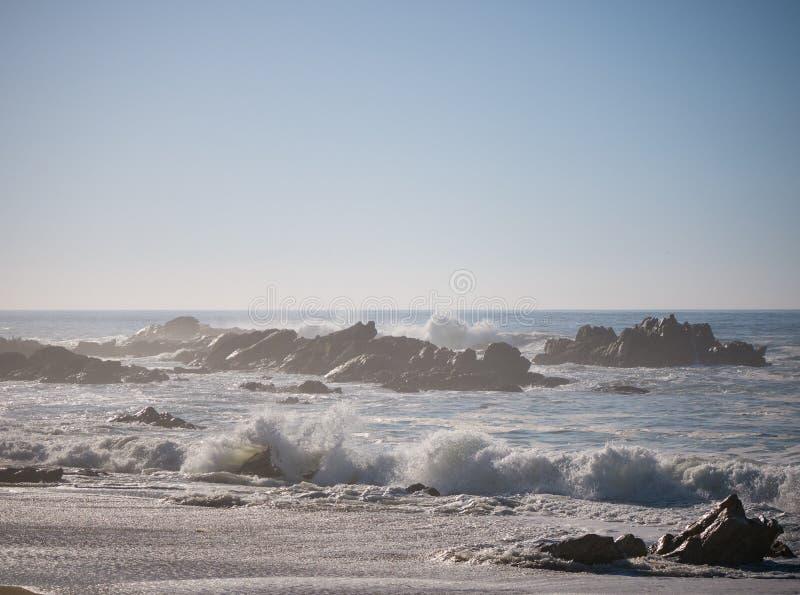 Golven die op rotsachtig strand op mistige dag op de kust van Portugal verpletteren royalty-vrije stock foto's