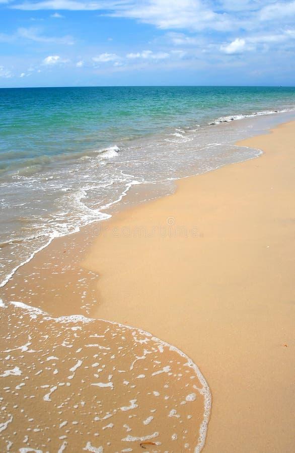 Golven die op strand breken royalty-vrije stock afbeelding