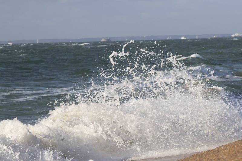 Golven die op strand verpletteren royalty-vrije stock foto