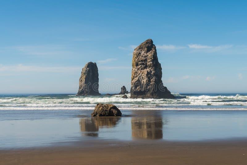 Golven die op verticale rotsen verpletteren die in Kanonstrand uitpuilen, Oregon, de V.S. royalty-vrije stock foto