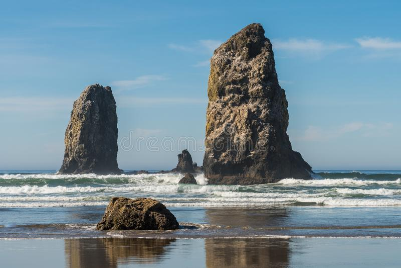 Golven die op verticale rotsen verpletteren die in Kanonstrand uitpuilen, Oregon, de V.S. royalty-vrije stock foto's