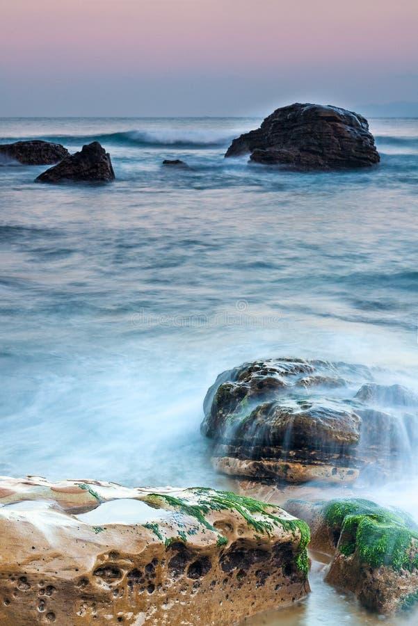 Golven die in over de rotsen in het noordelijke recht van Taiwan naast Ye zijn gekomen stock foto