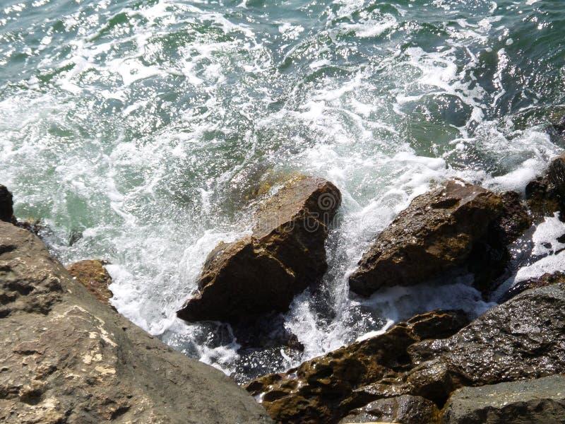 Golven die rotsen raken in de Zwarte Zee royalty-vrije stock foto