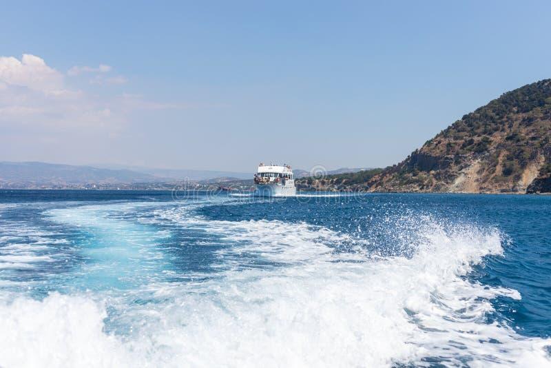 Golven door boot op de Middellandse Zee worden gemaakt, Cyprus dat stock foto's