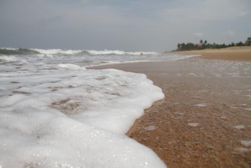 Golven door het strand royalty-vrije stock afbeelding