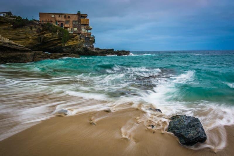Golven en rotsen in de Vreedzame Oceaan bij het Strand van de Lijstrots stock foto's
