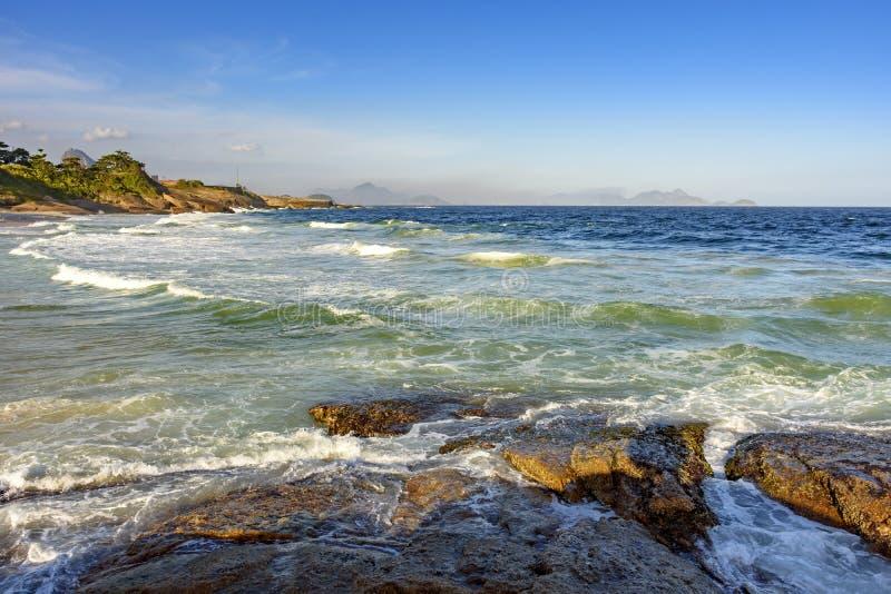 Golven en stenen op Duivels` s strand stock foto's