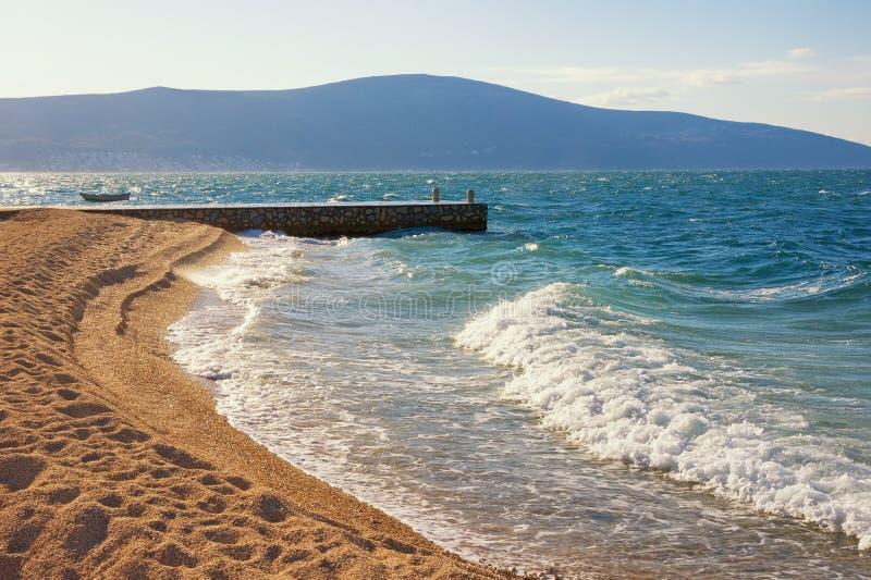 Golven en verlaten strand Mooi Mediterraan landschap op zonnige de winterdag Montenegro, Adriatische Overzees, Baai van Kotor royalty-vrije stock afbeelding