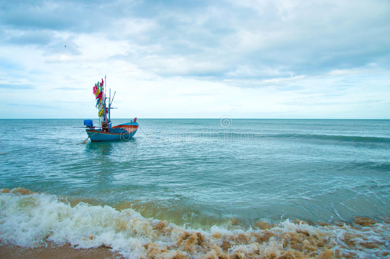 Golven en vissersboten royalty-vrije stock afbeelding