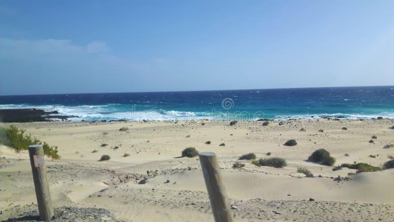 Golven en zand in Lanzarote op Vakantie royalty-vrije stock fotografie