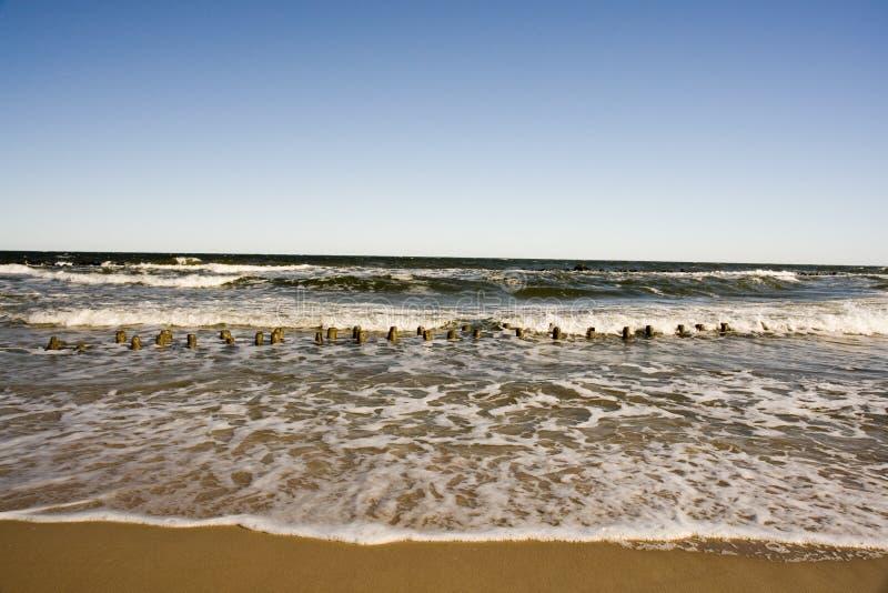 Golven langs zandig strand royalty-vrije stock afbeelding