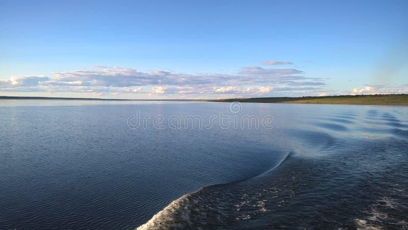 Golven op de rivier stock afbeelding