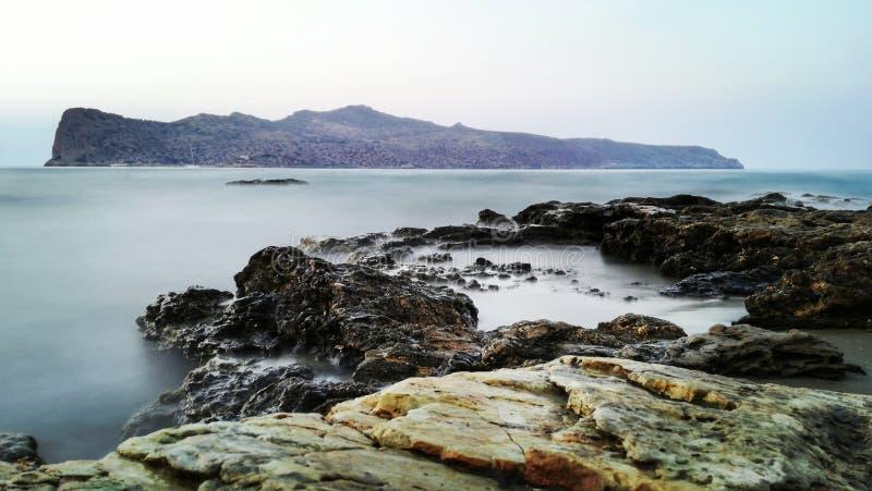 Golven op de rotsen royalty-vrije stock fotografie