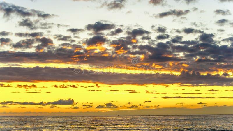 Golven op het overzees op de kust stock foto's