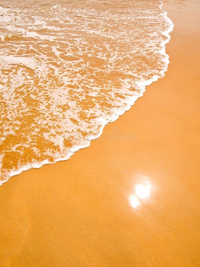 Golven op het vergulde zand royalty-vrije stock afbeeldingen