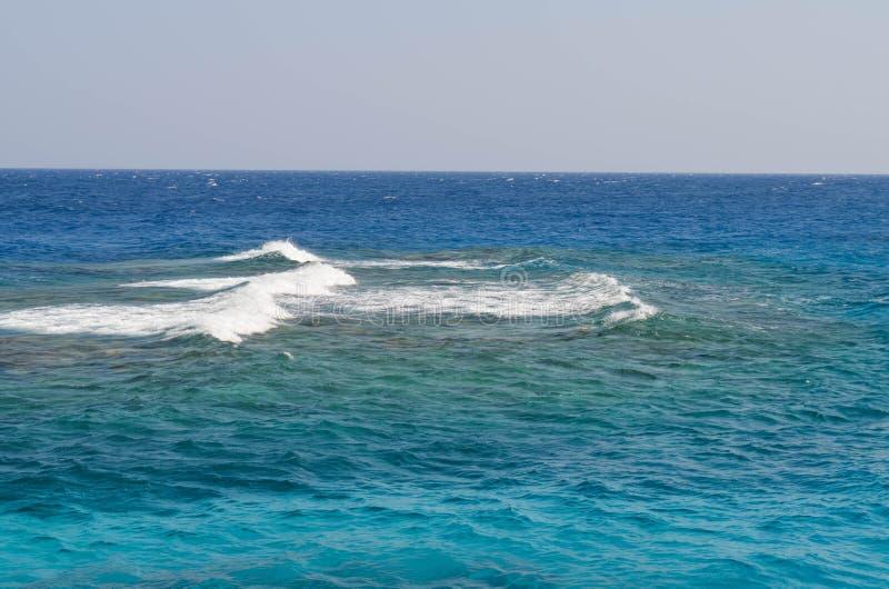 Golven op Rode Overzeese horizon stock fotografie