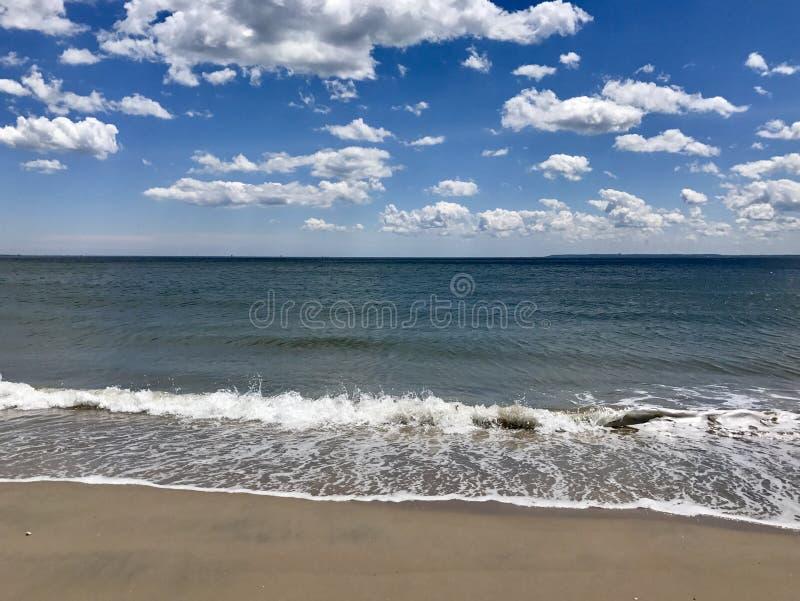 Golven op Strand tijdens de zomerdag royalty-vrije stock fotografie