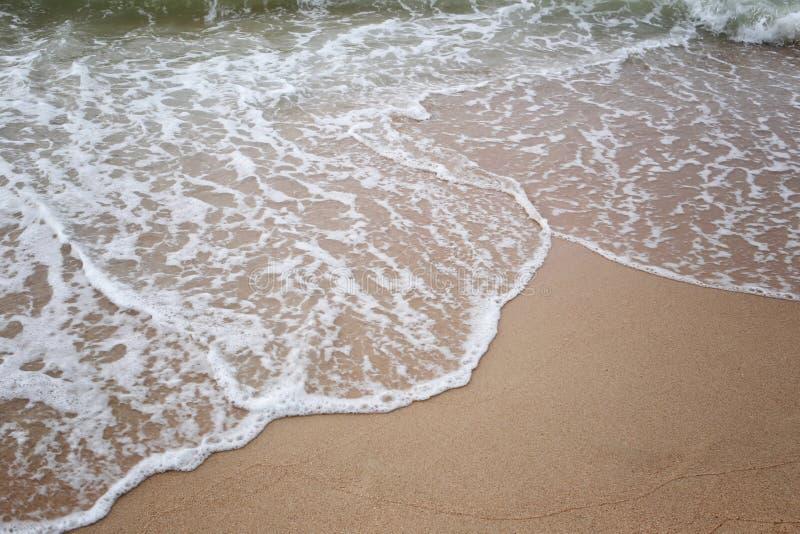 golven op strand van overzeese keerkringen in een dagtijd stock fotografie